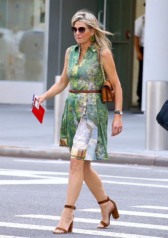 Hoàng hậu Maxima (48 tuổi) diện váy Akris, đeo kính râm khi dạo phố New York hôm 17/7. Ảnh: Backgrid.