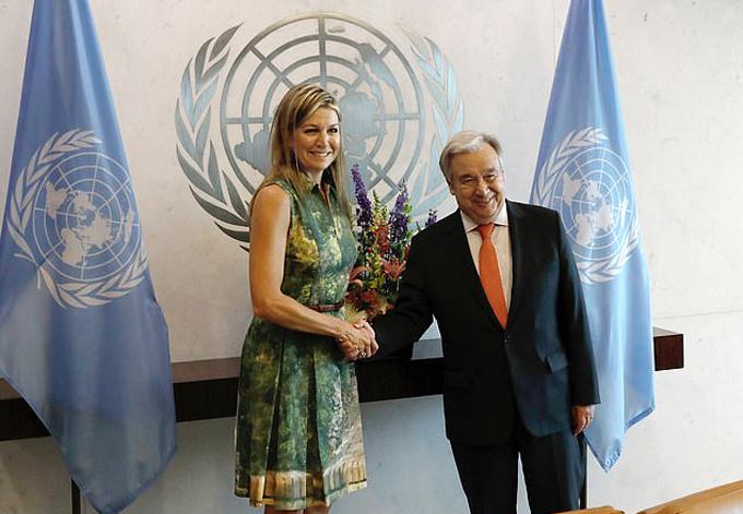 Hoàng hậu Maxima bắt tay Tổng thư ký LHQ Antonio Guterres tại trụ sở của LHQ ở New York hôm 17/7. Ảnh: EPA.