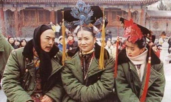 Tương tự, phần 2 của Hoàn Châu cách cách cũng kể chuyện mùahè nhưng quay vào mùa đông. Kết thúc một cảnh quay, hoàng thượng Trương Thiết Lâm, thái hậu Triệu Mẫn Phân và Tình Nhi Vương Diễmvội vàng khoác áo bông chần quân đội, quấn khăn dạ để ủ ấm.