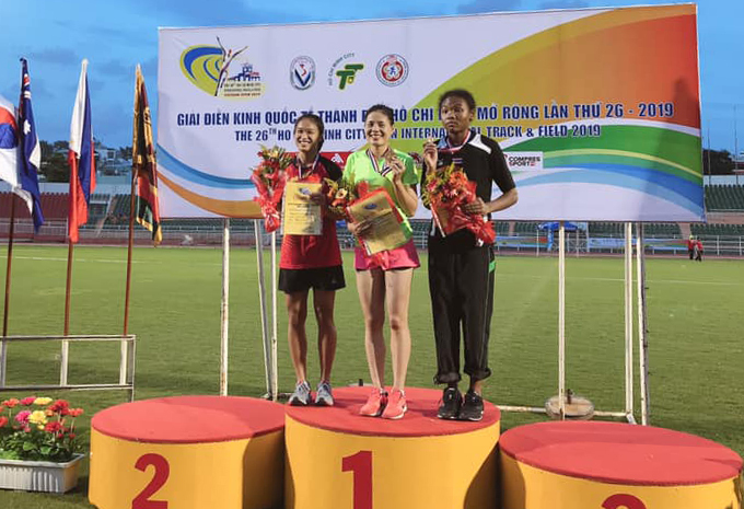 Nguyễn Thị Huyền (giữa) nhận HC vàng cự ly 400 rào giải điền kinh quốc tế TP HCM 2019. Ảnh: FB.