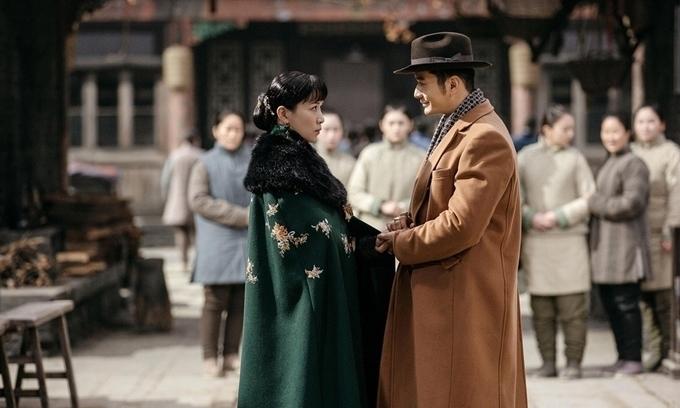 Phim Bên tóc mai không phải hải đường hồng lấy bối cảnh mùa đông miền Bắc Trung Quốc. Dù phim quay vào tháng 4 đầu hè, Xa Thi Mạn và Huỳnh Hiểu Minh đều phải mặc áo dạ, áo bông, đeo găng tay dày.