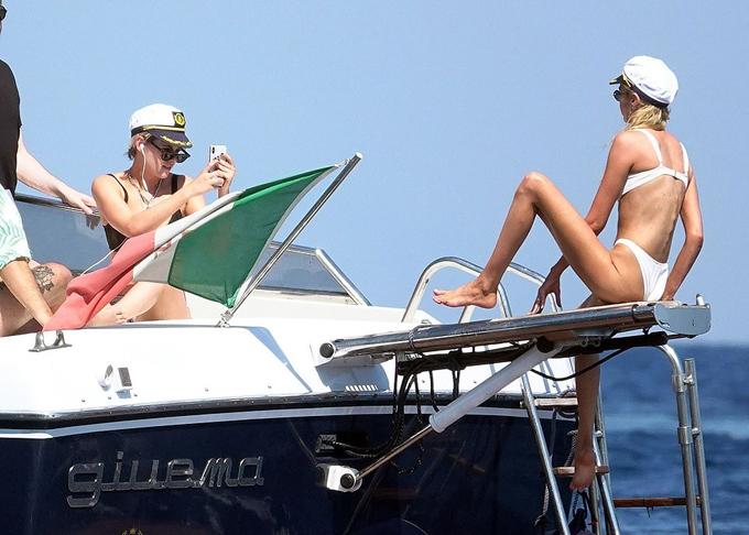 Kristen say sưa chụp ảnh cho bạn gái. Stella Maxwell hiện là thiên thần của hãng nội y Victorias Secret.