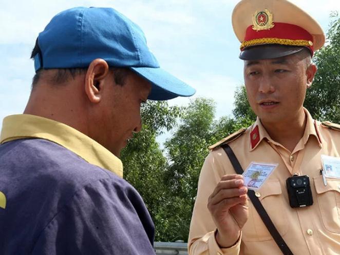 Cán bộ của Cục CSGT kiểm tra tài xế ôtô trên cao tốc Hà Nội - Hải Phòng hôm 15/7. Ảnh: Bá Đô.