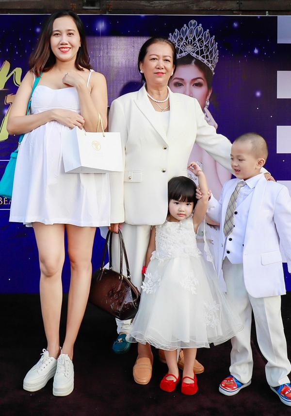 Mỹ Xuân thân thiết với mẹ ruột và các con của Oanh Yến.
