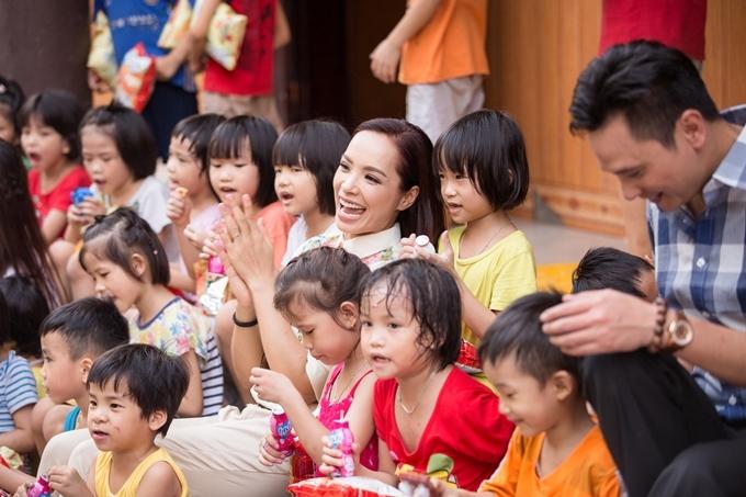 Cựu người mẫu Thúy Hằng được các bé yêu mến bởi sự thân thiện.