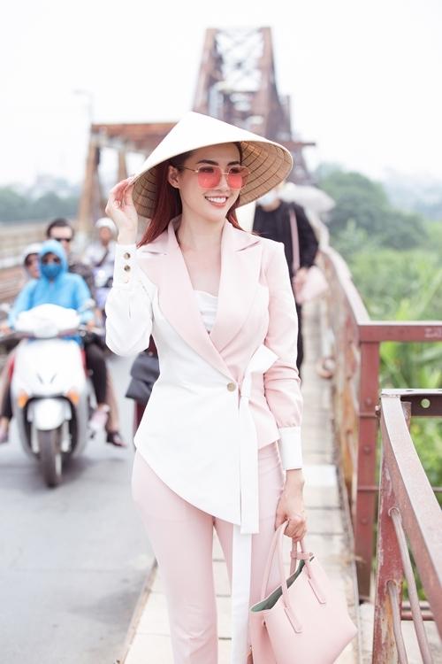 Top 5 Hoa hậu Việt Nam 2012Phan Thị Mơ xuất hiện trong buổi thiện nguyện tại chùa Bồ Đề ở Long Biên, Hà Nội với trang phục sáng màu.