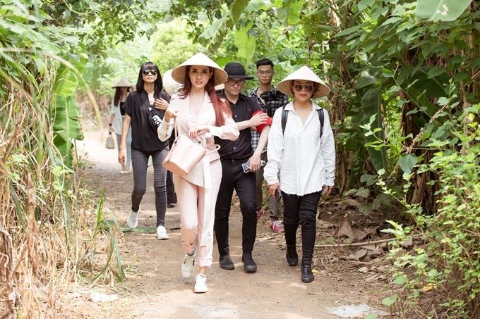 Cùng ngày, ê - kíp thực hiện chương trìnhFestival cầu Long Biên 2019 tới làm lễ tâm linh dưới chân cầu Long Biên.