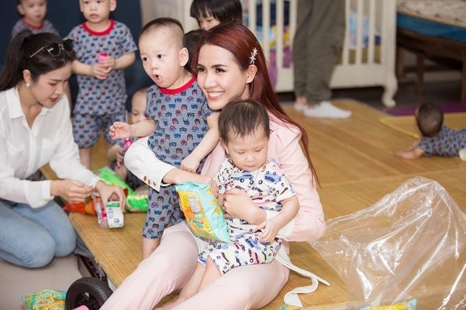 Phan Thị Mơ chơi đùa cùng các em nhỏ, cô xúc động khi chứng kiến nhiều bé mang bệnh hay bị bỏ rơi khi chưa dứt sữa.