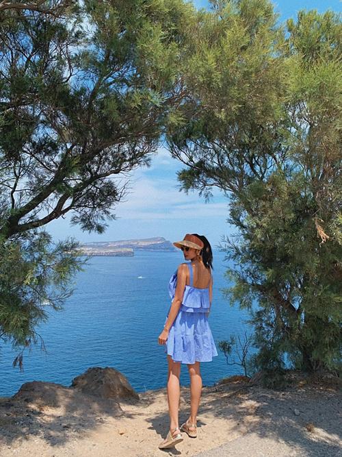 Tăng Thanh Hà khoe dáng trong chuyến du lịch cùng chồng con đến đảo thiên thần Santorini(Hy Lạp).