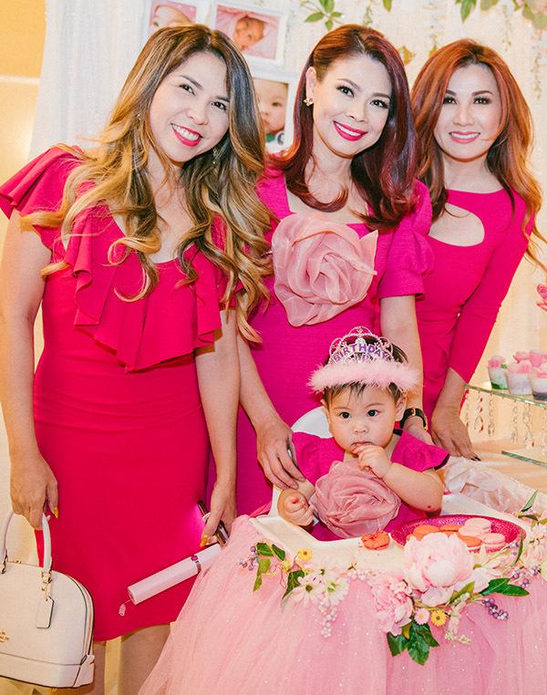 Ca sĩ Trizzie Phương Trinh (ngoài cùng bên phải) diện váy hồng, đọ vẻ rạng rỡ với Thanh Thảo và một người bạn.