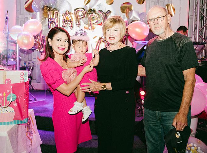 Buổi tiệc thôi nôi bé Talia còn có một số vị khách nước ngoài tham dự.
