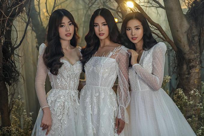 Hoa hậu Tiểu Vy đọ sắc cùng Á hậu Bùi Phương Nga và Thúy An trong thiết kế của NTK Chung Thanh Phong. Người đẹp chia sẻ: Lâu lâu ba chị em công chúa mới được hội ngộ.Ba nàng công chúa đang đứng đây rồi mà chả thấy các anh hoàng tử đâu cả.