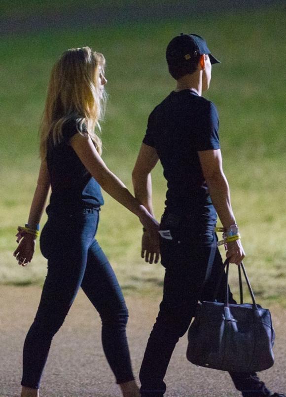 Sau khi đi xem ca nhạc, Tom và cô bạn tay nắm tay ra về.