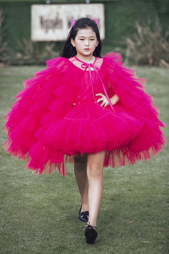 Những kiểu váy xoè quen thuộc được trang trí thêm phần áo khoác, bèo nhún, nơ bướm để tăng sức hút.