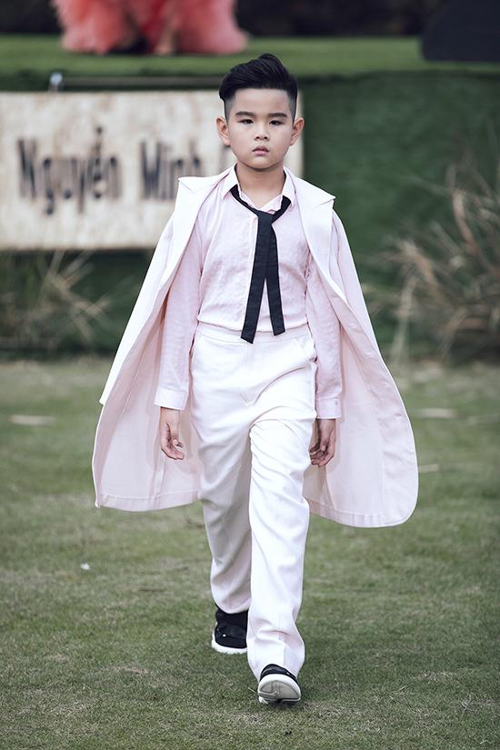 Suit, vest, short và sơ mi tông hồng phấn là những trang phục dành riêng cho các hot boy nhí.