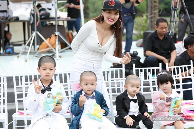 Hoa hậu Oanh yến dẫn theo 4 con nhỏ đến theo dõi show. Cô cho biết sẽ ủng hộ nếu các bé muốn thử sức trình diễn thời trang.