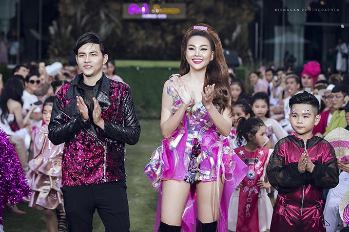 Nhà thiết kế Phan Quốc An, Thanh Hằng và bé Huỳnh Phong Vinh (từ trái qua phải).