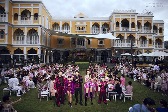 Toàn cảnh sàn catwalk ngoài trời của fashion show do đạo diễn Nguyễn Hưng Phúc tổ chức.