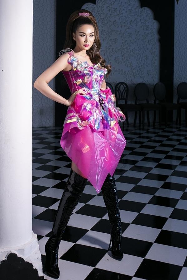 Thanh Hằng lập tức vào hậu trường thay trang phục, chuẩn bị cho màn trình diễn vedette cùng nhà thiết kế Phan Quốc An. Thời gian qua, người đẹp hạn chế xuất hiện trên sàn catwalk, thỉnh thoảng nhận lời vì mối quan hệ thân thiết trong nghề.