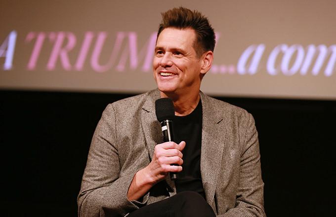 Jim Carrey nghỉ học năm 16 tuổi để giúp gia đình kiếm tiền. Trước khi trở thành diễn viên hài nổi tiếng, Jim đã phải làm vô số nghề mưu sinh, thậm chí làm 8 tiếng mỗi ngày trong nhà máy khi còn ở tuổi thiếu niên.