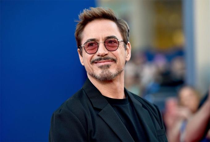 Robert Downey Jr quyết định nghỉ hẳn ở trường trung học Santa Monica tại California sau khi bố anh đưa ra hai lựa chọn: Hoặc là đến trường chăm chỉ hàng ngày hoặc là nghỉ hẳn để kiếm việc làm. Robert sau đó chuyển tới New York dốc sức theo nghề diễn xuất.