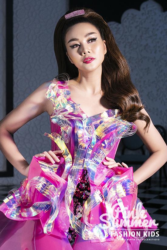 Thanh Hằng và các người đẹp nổi tiếng như HHen Niê, Lệ Hằng, Tuyết Lan, Hương Ly... cùng góp mặt trong chương trình Pink Summer Fashion Kids chiều 17/9 tại TP HCM.