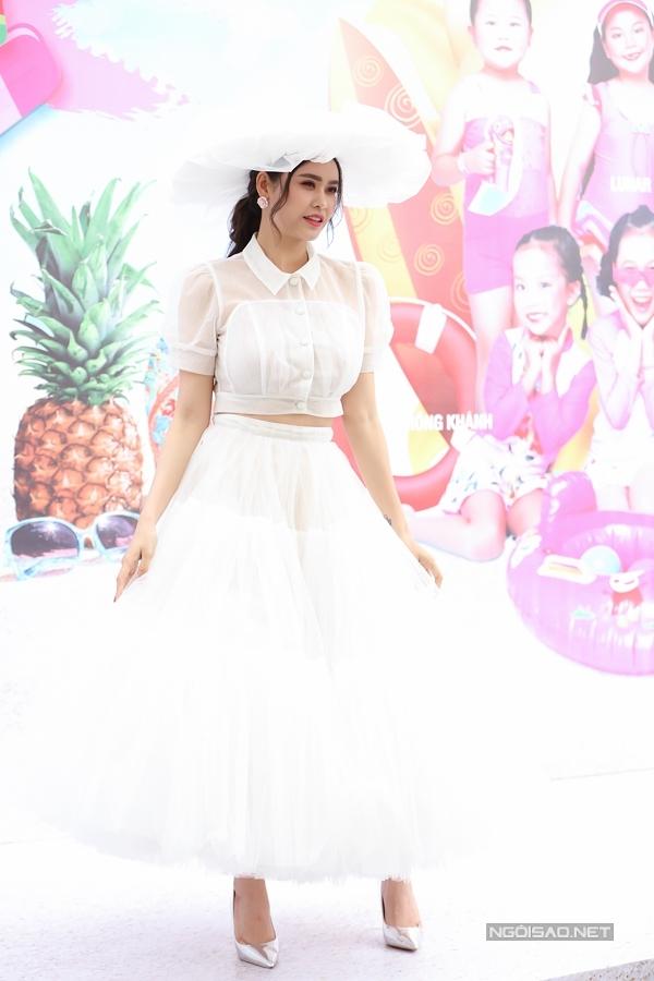 Người đẹp chọn bộ váy màu trắng bồng bềnh để khoe sắc trên thảm đỏ.