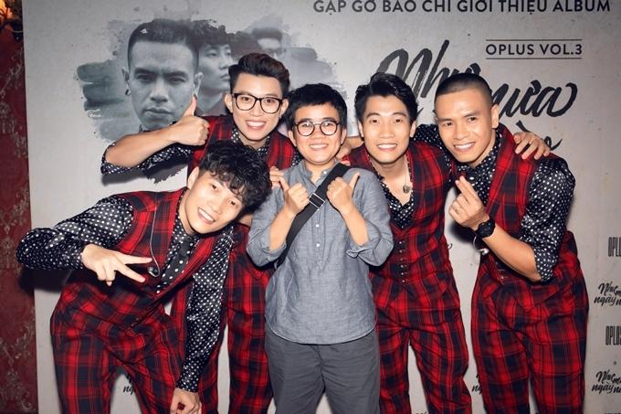 Nhạc sĩ Phương Uyên (giữa) đảm nhận vai trò biên tập cho album, đồng thời dành lời khen cho tâm huyết và phong thái làm việc chuyên nghiệp của nhóm.