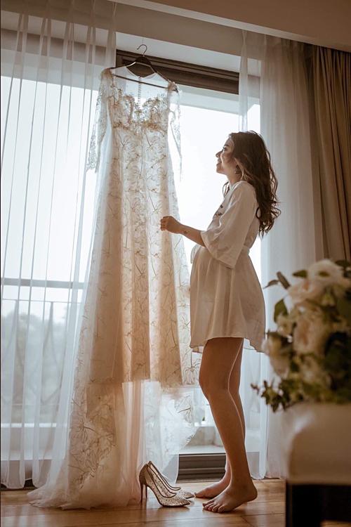 Chiếc váy gồm nhiều layer với các chất liệu khác nhau được cô dâu ví như giọt sương mai vì khi ánh sáng chiếu vào, nó có độ trong vắt, khoe khéo đường cong tuyệt mỹ.