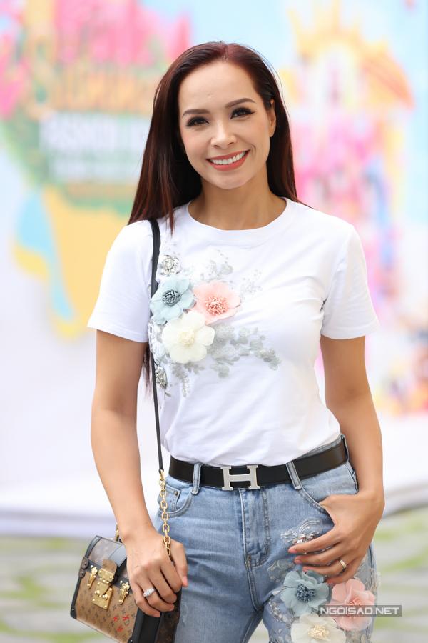 Cựu ngưởi mẫu Thuý Hạnh diện đồ năng động đến ủng hộ show diễn của các mẫu nhí.