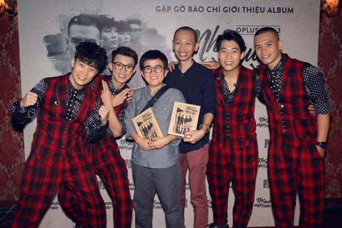 Nhạc sĩ Lê Thanh Tâm (áo xanh) thực hiện phần hoà âm và thu thanh cho CD. Nhóm có triển vọng tốt trong việc hòa bè và luôn đầu tư ở mỗi sản phẩm. Trong quá trình làm việc, nhóm rất chuyên nghiệp, thân thiện, sẵn sàng hợp tác hoàn thiện sản phẩm, nam nhạc sĩ chia sẻ.