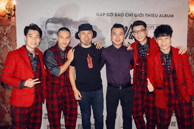Nhạc sĩ Huy Tuấn (giữa, áo đen) bày tỏ: Từ khi nghe bản demo, tôi đã ấn tượng sản phẩm của nhóm. Các bạn đến với nhạc xưa trong tâm thế mới mẻ và chu đáo trong từng nốt nhạc. CD là album nhạc tôi thích nhất từ trước đến giờ.