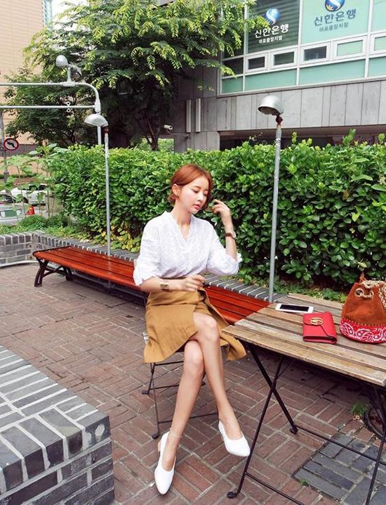 Áo blouse, chân váy vạt quấn tông vàng mù tạt giúp các nàng tôn chân thon và tha hồ chụp ảnh so deep khi đi cafe.
