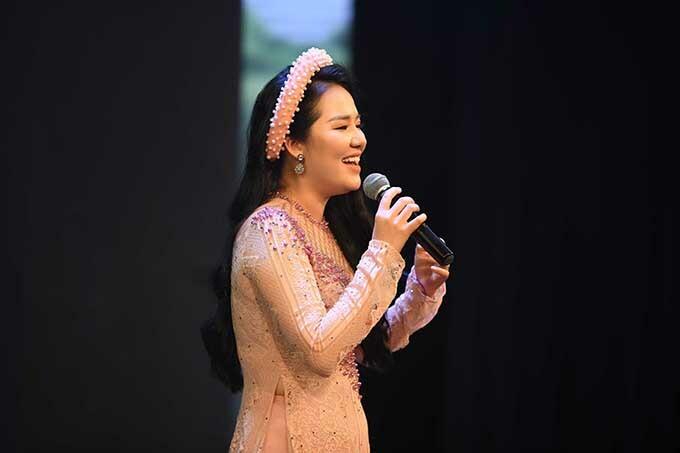 Đêm nhạc có sự tham gia của nhiều ca sĩ trưởng thành từ Sao Mai. Bùi Lê Mận thể hiện chất giọng mượt mà qua Một khúc tâm tình của người Hà Tĩnh.