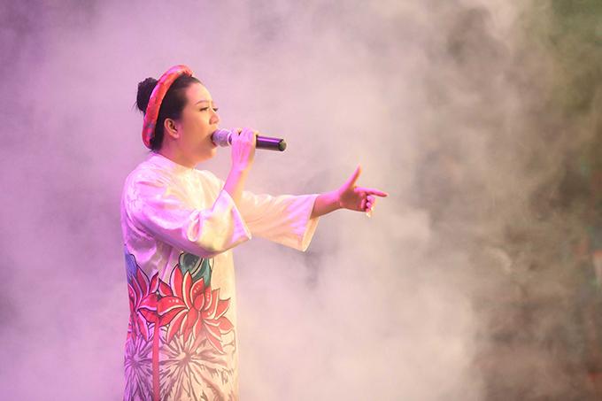 Tối 19/7, đêm nhạc từ thiện mang tên Hướng về Nghệ Tĩnh diễn ra tại Hà Nộinhằm quyên tiền hỗ trợ cho người dân miền Trung khắc phục hậu quả cháy rừng. Ca sĩ Đinh Hiền Anh là người khởi xướng chương trình.