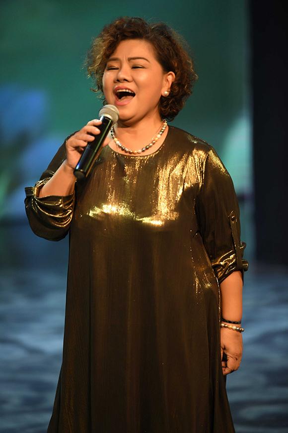 Không chỉ kêu gọi quyên góp, NSND Thanh Hoa còn tham gia biểu diễn. Sau khi hát Làng lúa làng hoa, bà được khán giả reo hò và đề nghị hát thêm Tàu anh qua núi.