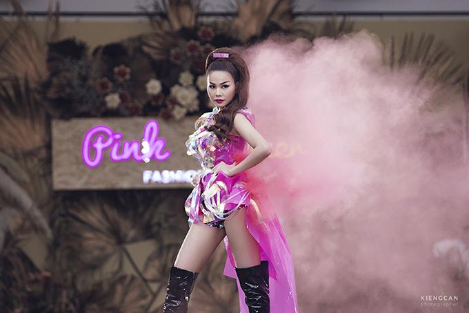 Ngoài sự cổ vũ của khách mời, Thanh Hằng diễn sung hơn bởi xuất hiện dưới khán đài còn có lực lượng fan hùng hậu.