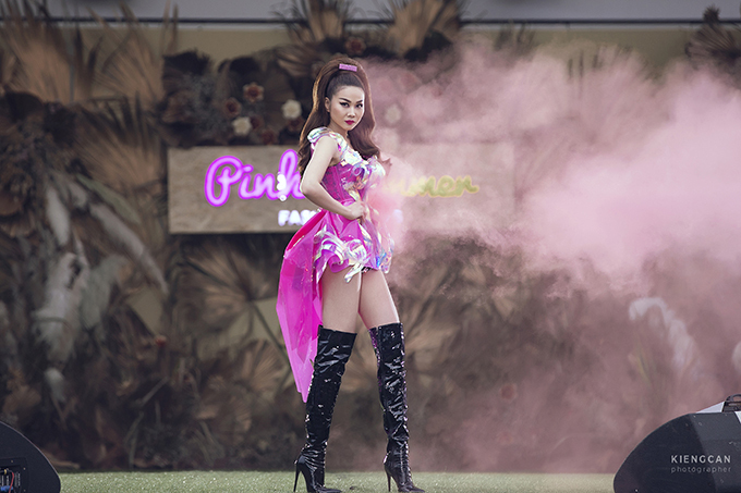 Đầm hồng siêu ngắn giúp người đẹp khoe triệt để đôi chân thon dài trứ danh trong làng mẫu Việt.