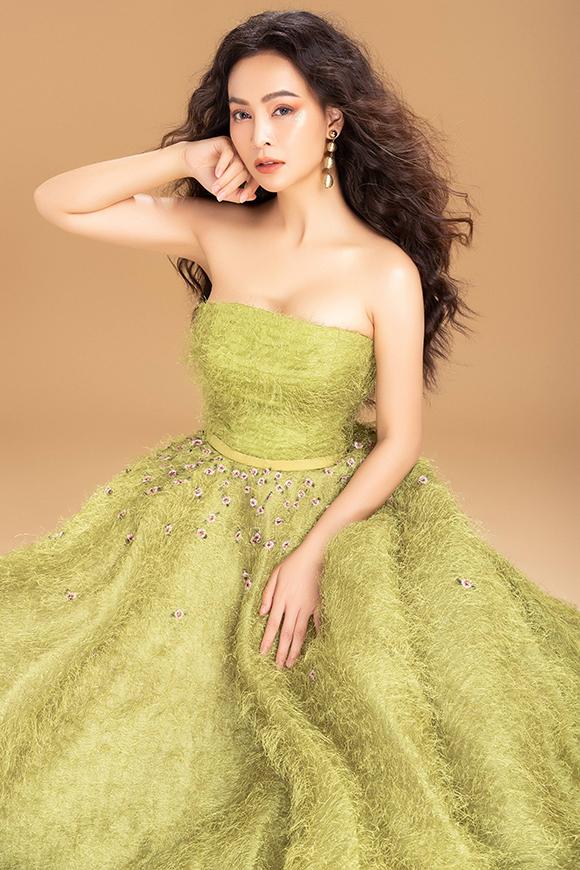 Bộ váy may từ chất liệu đính lông, lấy cảm hứng từ thảm cỏ xanh mát. Nhiều bông hoa nhỏ xinh đính kết xung quanh eo làm tôn lên vòng hai nhỏ nhắn của người đẹp.