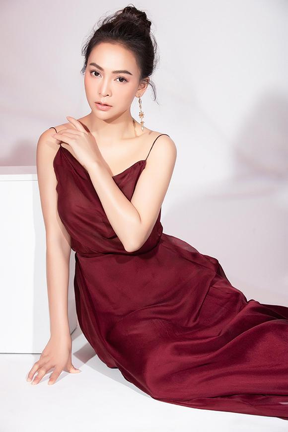 Váy dai dây chất liệu voan thướt tha màu đỏ mận là thiết kế ưa thích của Mỹ Ngọc khi đi tiệc tối. Theo Mỹ Ngọc, những bạn gái có chiều cao khiêm tốn nên chọn trang phục đơn sắc thay vì quá nhiều hoạ tiết rườm rà để không bị lộ nhược điểm cơ thể.