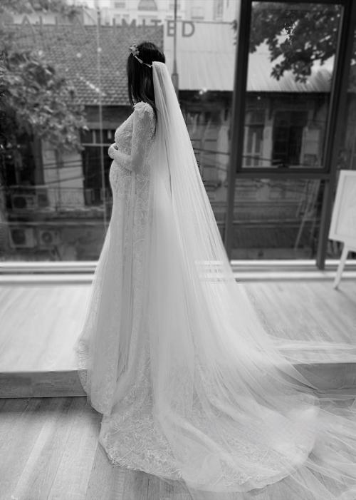 Mỹ Duyên kể rằng cô đãcó những mường tượng về chiếc váy cưới trong mơ của mình từ rất sớm. Cô thích phong cách sexy nhưng thanh lịch nên ngay từ đầu đã để mắt tới những thiết kế đuôi cá ôm sát cơ thể, tôn đường cong hình chữ S mềm mại. Nhưng Duyên lại chưa từng chuẩn bị tâm thế cho một cô dâu bầu.
