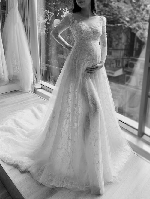 Khoảng 4 tháng trước đám cưới, Mỹ Duyên tới gặp NTK Phương Linh để đặt váy cưới. Lúc đó, cô đã mang bầu con gái đầu lòng. Vì lý do này, Duyên đã buộc phải quên đi chiếc váy cưới trong mơ mà cô đã nghĩ đến trước đó để lựa chọn một thiết kế dáng xòe bồng bềnh. Như một cách tự nhiên, Duyên nghĩ rằng chiếc váy bồng sẽ giúp cô tránh được ánh mắt tò mò, dị nghị của mọi người đổ về chiếc bụng bầu của mình. Mặc dù vậy, trong lòng cô gái trẻ vẫn canh cánh điều gì đó.