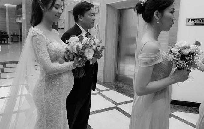 Chú rể và bố mẹ của Mỹ Duyên là những người đầu tiên nhìn thấy cô trong bộ lễ phục đặc biệt. Trong khi mẹ của cô nhận xét chiếc váy đẹp ngoài sức tưởng tượng thì chú rể cười không ngớt và nói với cô dâu rằng anh là người đàn ông hạnh phúc nhất khi được cả trâu lẫn nghé.