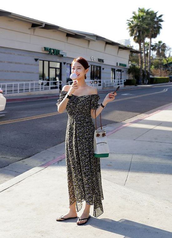 Mấu váy hoa kiểu dáng đơn giản đề cao tinh thần giải phóng hình thể cho người sử dụng.