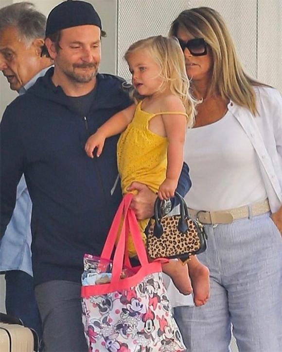 Bradley Cooper bế con gái rời khỏi căn hộ của Irina Shayk ở New York hôm thứ 6.