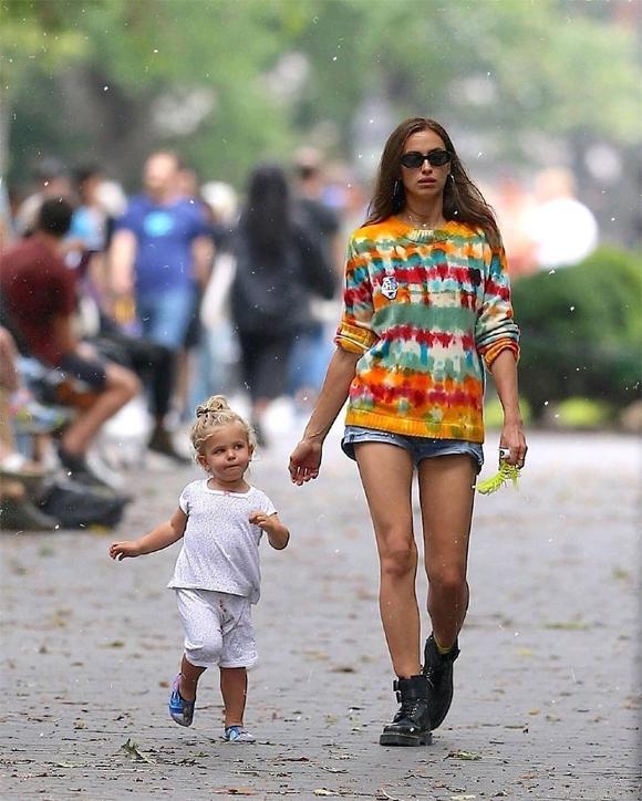 Lea đã ở cùng mẹ suốt một tháng qua tại New York trong khi Bradley cách xa ngàn dặm ở California.
