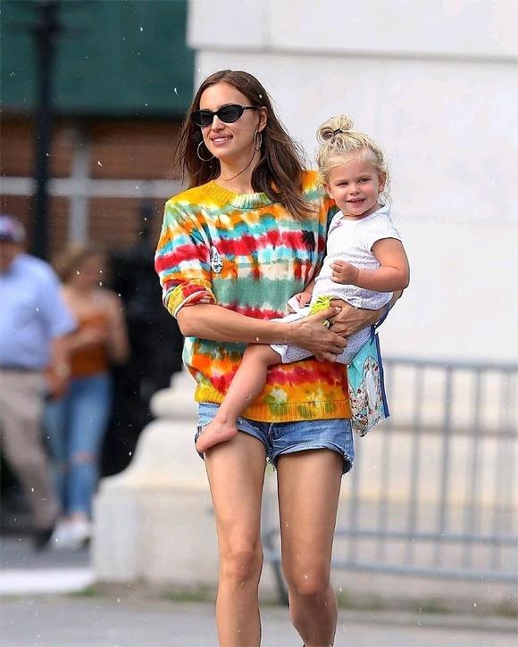 Irina tranh thủ đi chơi với con gái hôm 18/7 trước khi bé được bố đón.