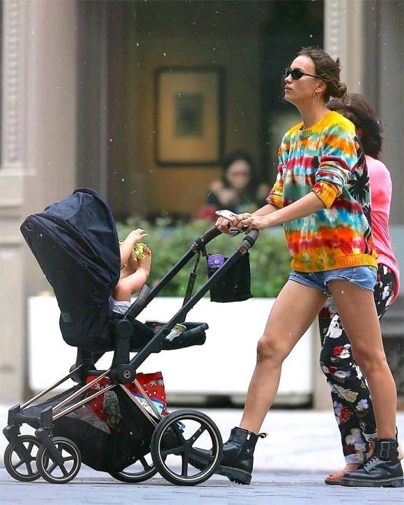 Khi không phải làm việc, siêu mẫu 33 tuổi thường đưa con gái ra công viên nô đùa hoặc hai mẹ con đi mua sắm cùng nhau. Theo Pagesix, Irina đã rất vui khi Bradley Cooper đồng ý cùng cô san sẻ việc nuôi con. Cặp sao chia tay vào đầu tháng 6 sau 4 năm gắn bó.