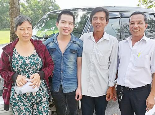 Tuấn đứng bên cạnh cha mẹ trong lần được trả tự do 2 năm trước. Ảnh: Tân Châu.