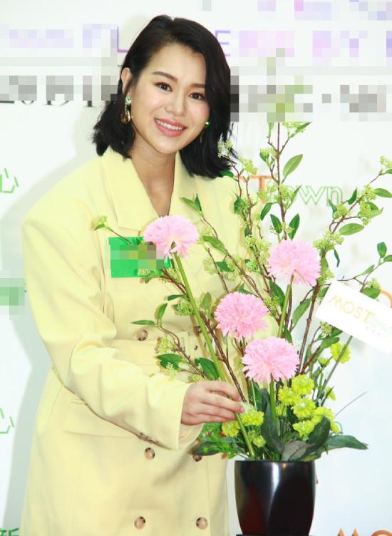 Hôm 19/7, Hồ Hạnh Nhi xuất hiện tại một sự kiện hôm 19/7 ở Hong Kong, gương mặt rạng rỡ hạnh phúc. Nữ diễn viên mới sinh con thứ hai hôm 6/7 vừa rồi, hiện em bé chưa được một tháng tuổi. Ngôi sao Năm ấy hoa nở trăng vừa tròn cho biết cô mới vượt cạnmột thời gian ngắn nên vóc dáng chưa thể về lại như trước. Dù vậy, cô không lấy đó làm lo lắng.